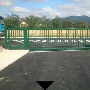 Photo d'un portail métallique vert